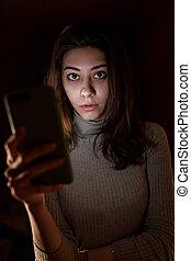 telefono, cornice, notte, texting, sorridente, giovane, occhiate