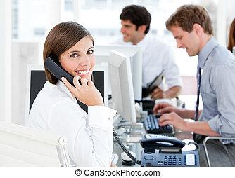 telefono, sorridente, donna d'affari, parlare
