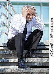 testa, suo, seduta, depresso, formalwear, mentre, businessman., tenere mani, anziano, scale, uomo