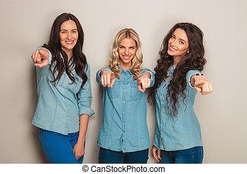 tre, dita, donne, jeans, felice, indicare, vestiti
