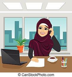ufficio, affari, arabo, donna parlando, laptop, telefono, il portare, hijab