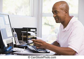 ufficio, credito, computer, presa a terra, casa, smilin, usando, scheda, uomo