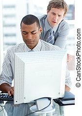uomini affari, concentrati, computer