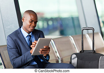 uomo affari, aeroporto, computer, tavoletta, usando