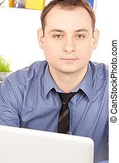uomo affari, computer portatile, ufficio