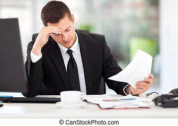 uomo affari, lettura, documenti