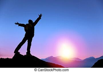 uomo, alba, montagna, osservazione sta piedi, cima, giovane