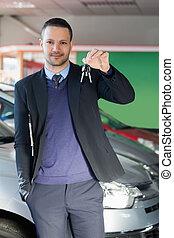 uomo, chiavi automobile, presa a terra