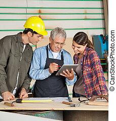 usando, colleghi, computer, carpentiere, tavoletta