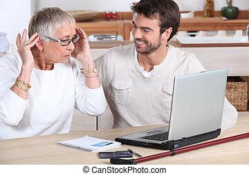 usando, donna, computer, anziano
