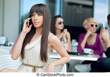 usando, tramortire, brunetta, bellezza, cellphone