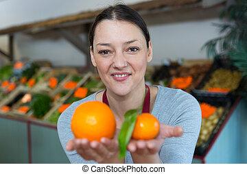 vendita, ritratto, arance, sorridente, mercato, donna, frutta, fresco