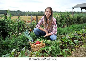 verdura, donna, inginocchiato, giardino