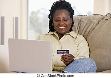 vivente, donna, stanza, laptop, credito, presa a terra, smilin, usando, scheda