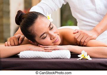 wellness, massaggio, terme, donna, indonesiano